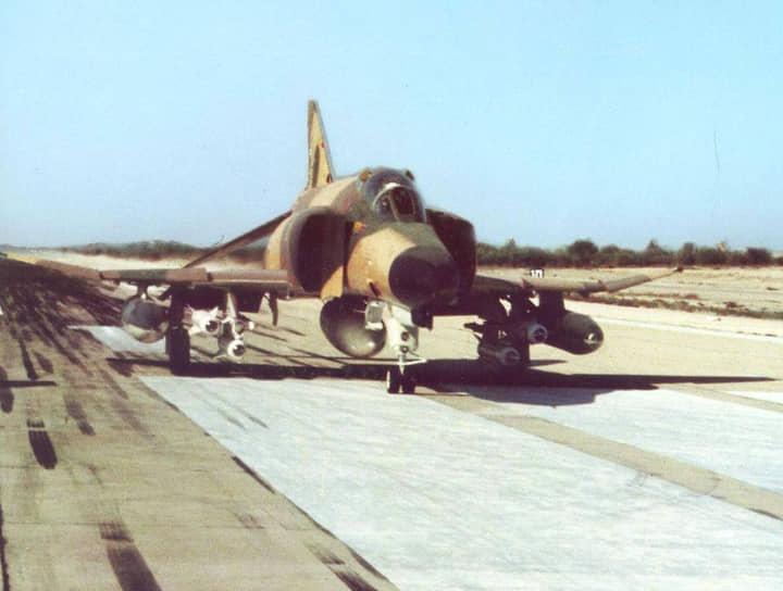 28 ноября 1973 года самолет-разведчик ВВС Ирана RF-4C Phantom II вторгся в воздушное пространство СССР. В районе Грузинской ССР на перехват вылетел советский истребитель МиГ-21СМ. Иранский самолет был сбит посредством тарана, советский пилот погиб. Экипаж F-4 катапультировался, был арестован и вскоре после этого освобожден <br>На фото: самолет-разведчик RF-4C Phantom II