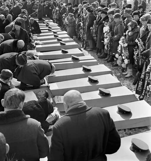 В ночь с 1 на 2 марта около 80 китайских солдат переправились на остров Даманский. Утром по группе советских пограничников, заметившей вооруженных солдат, был внезапно открыт огонь. Практически все были убиты. Позже остров был отбит с помощью подоспевшего подкрепления. Бои вновь продолжились 14 марта и закончились победой СССР. В ходе столкновений советские войска, по разным данным, потеряли от 50 до 100 человек, китайские — от 100 до 300 человек. Пять человек за эти бои получили звание Героя Советского Союза (трое из них — посмертно). Впоследствии, по итогам переговоров в 1991 году, остров был передан КНР  <br>На фото: похороны участников боев на острове Даманский