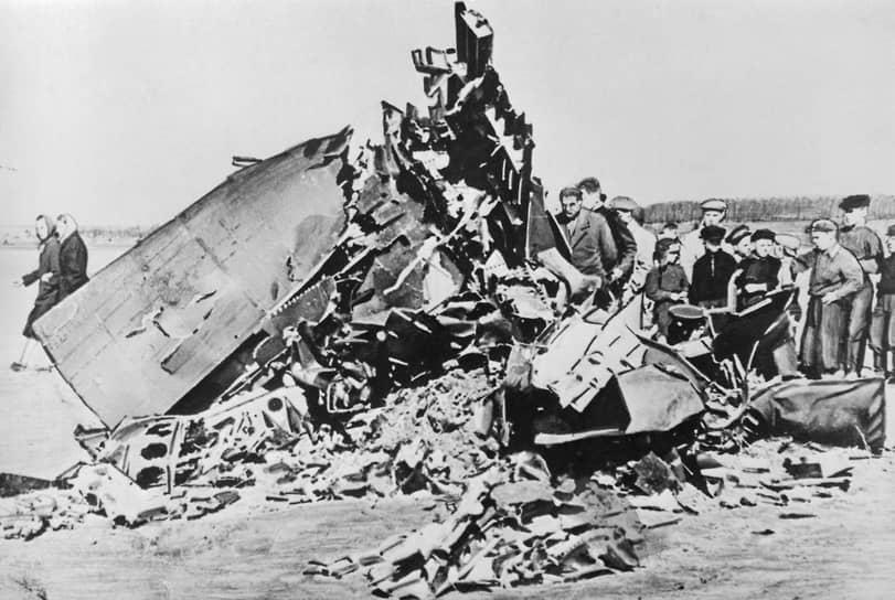 1 мая 1960 года американский самолет-разведчик Lockheed U-2, пилотируемый летчиком Фрэнсисом Пауэрсом, нарушил воздушное пространство СССР и был сбит зенитно-ракетным комплексом в районе Свердловска. Целью полета была фотосъемка военных и промышленных объектов, а также запись сигналов советских радиолокационных станций <br>На фото: обломки U-2 после крушения