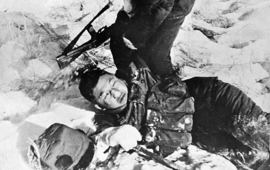 В марте 1969 году граница СССР подверглась вооруженному нападению впервые после окончания Великой Отечественной войны. Столкновения между СССР и КНР в районе острова Даманский, расположенного на реке Уссури в 230 км от Хабаровска, считаются самым крупным вооруженным конфликтом в современной истории России и Китая. Официальной причиной пограничного инцидента стала демаркация границы, проложенной еще 1860 году. После серии провокаций китайские военные решились на военную операцию <br>На фото: убитый китайский военный