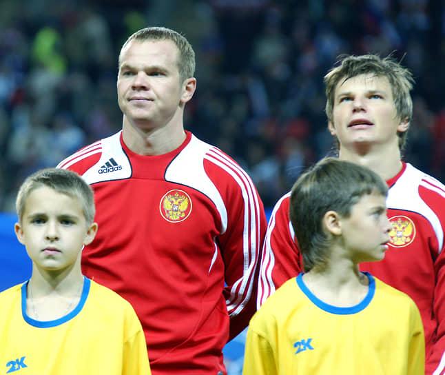 12 мая 2002 года сыграл свой первый матч за сборную России. В 2007 и в 2009-2012 годах был капитаном национальной команды<br> На фото: Андрей Аршавин с партнером по сборной Александром Анюковым