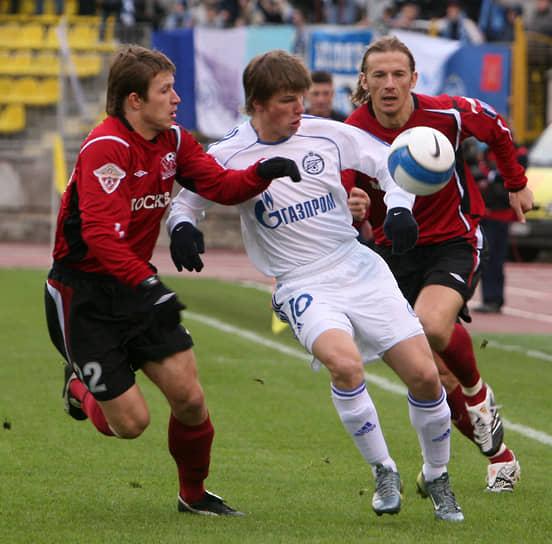 В 2012 году на правах аренды возвращался в «Зенит», сыграл 10 матчей и забил три гола. Покинув «Арсенал», в июне 2013 года подписал с «Зенитом» двухлетний контракт. В 35 матчах забил три мяча