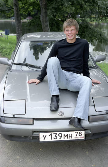 Андрей Аршавин родился 29 мая 1981 года в Ленинграде. С семи лет занимался футболом в спортивной школе «Смена» (ныне — академия ФК «Зенит»). С 1999 года выступал на позиции полузащитника за команду «Зенит-2» (Санкт-Петербург). 2 августа 2000 года дебютировал в основном составе «Зенита»