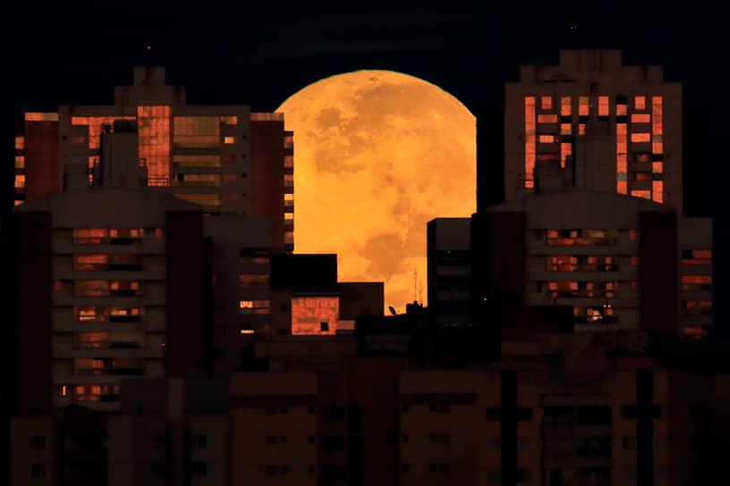 Бразилиа, Бразилия. Городские здания на фоне Луны