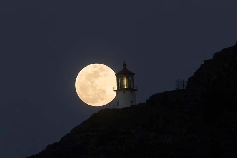 Оаху, США. Маяк на фоне Луны на Гавайях