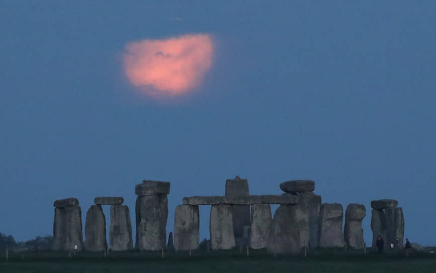 Эймсбери, Великобритания. Луна и Стоунхендж