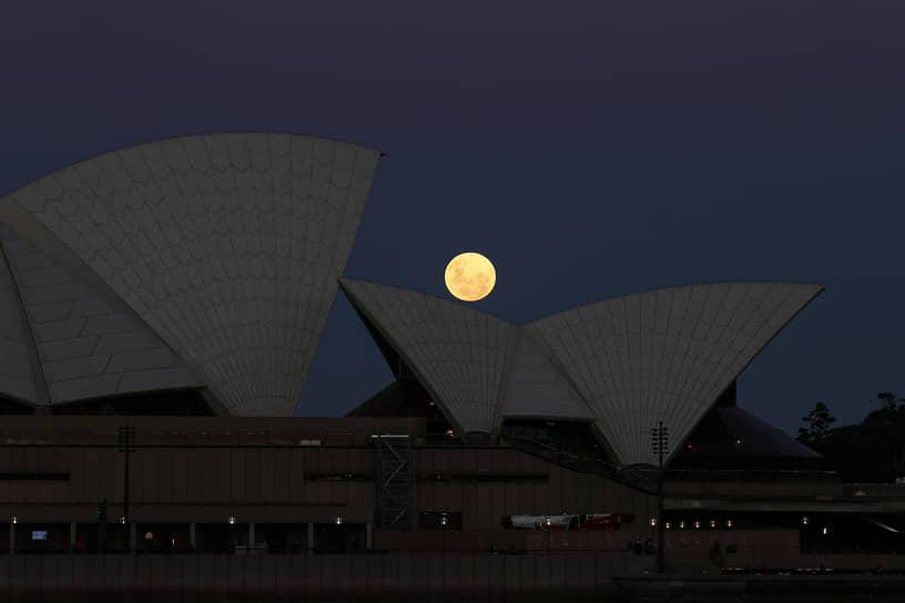 Сидней, Австралия. Луна над Сиднейским оперным театром