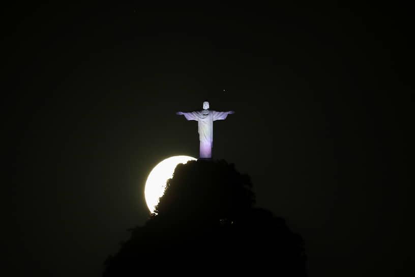Рио-де-Жанейро, Бразилия. Луна за статуей Христа-Искупителя