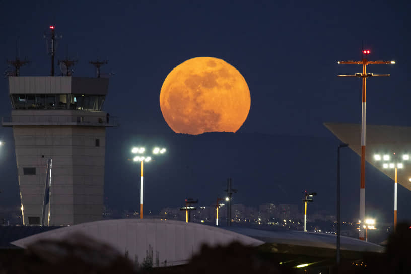 Лод, Израиль. Луна над Иудейскими горами