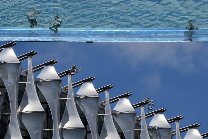 Лондон, Великобритания. Люди отдыхают в подвесном бассейне
