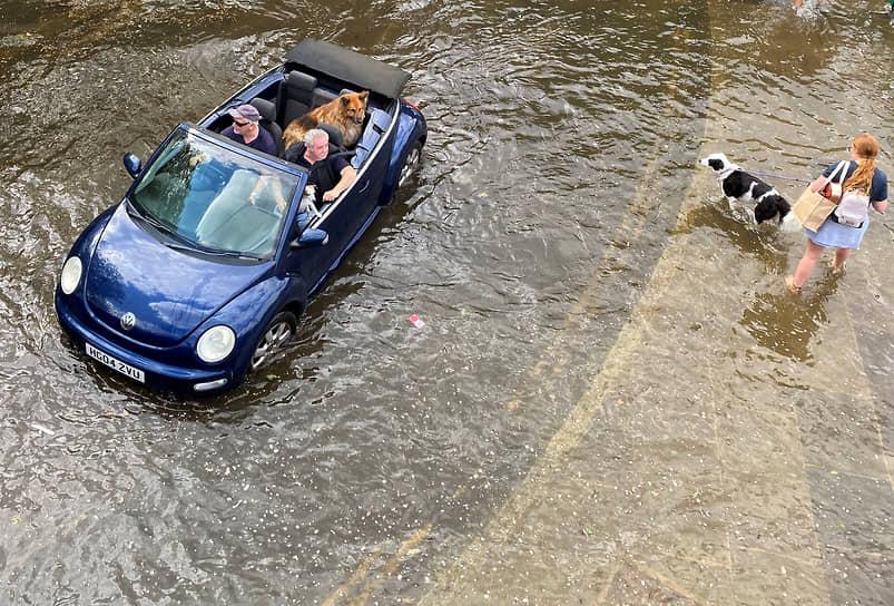 Ричмонд, Великобритания. Автомобиль проезжает по территории, затопленной Темзой