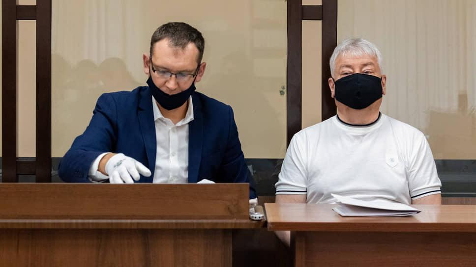 Бывший председатель правления Татфондбанка Роберт Мусин (справа) во время судебного заседания