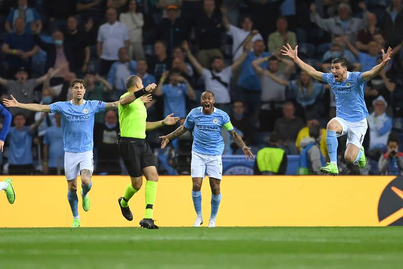 Игроки «Манчестер Сити» спорят с арбитром матча