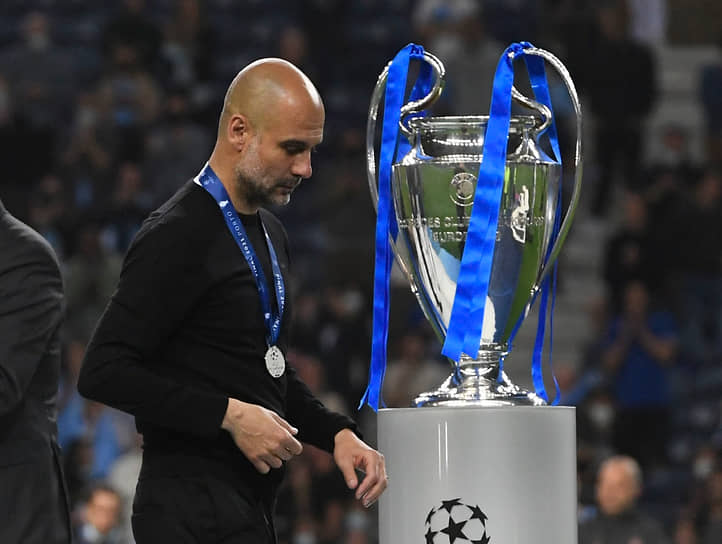 Главный тренер «Манчестер Сити» Пеп Гвардиола идет мимо кубка после окончания матча