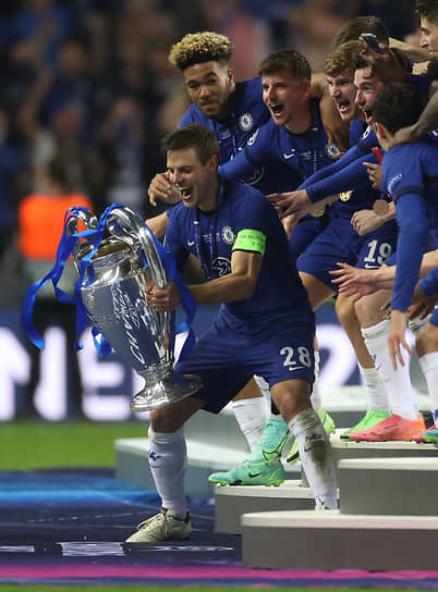 Футболист «Челси» Сесара Аспиликуэту с кубком в руках