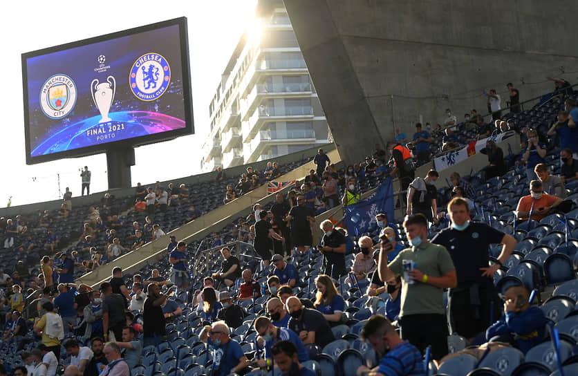 Болельщики на стадионе перед финальным матчем
