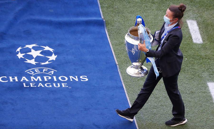 На поле выносят кубок Лиги чемпионов