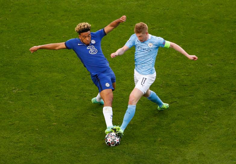 Кевин Де Брейне из «Манчестер Сити» (справа) в борьбе за мяч с Рисом Джеймсом из «Челси»
