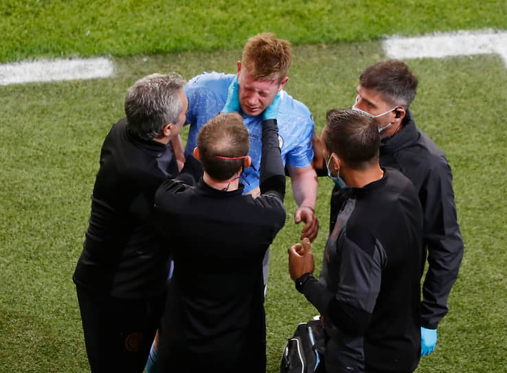 Футболист «Манчестер Сити» Кевин Де Брейне покидает поле после столкновения с Антонио Рюдигером