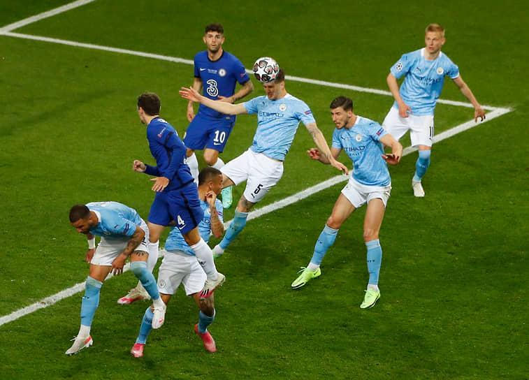 Защитник «Манчестер Сити» Джон Стоунз играет головой