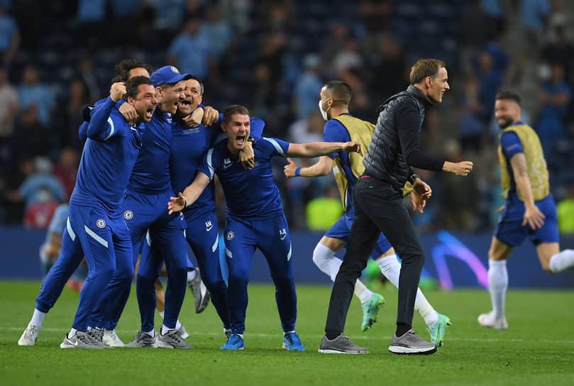 Главный тренер «Челси» Томас Тухел (справа) и штатные сотрудники после окончания матча