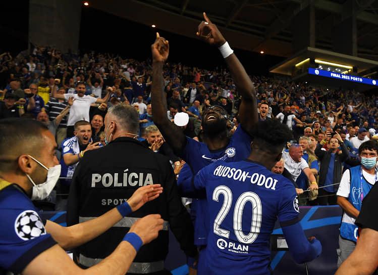 Футболисты «Челси» празднуют победу со своими болельщиками