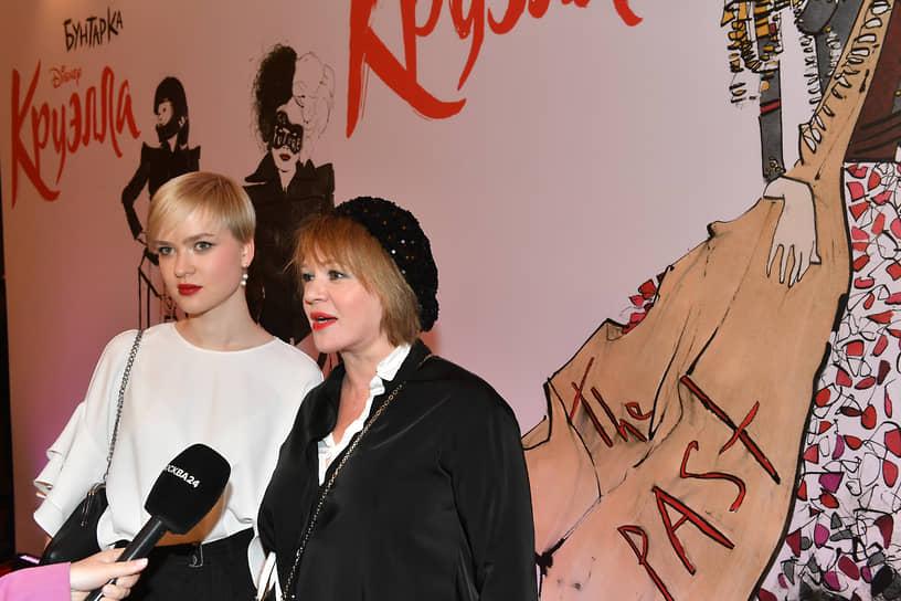 Актриса Елена Валюшкина (справа) на премьере фильма «Круэлла» в кинотеатре «Художественный»