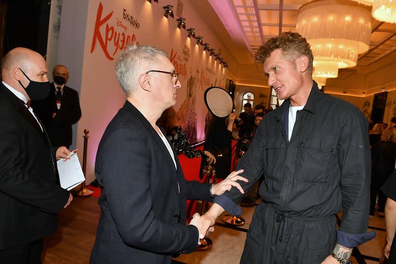 Кинокритик Стас Тыркин (в центре) и продюсер Илья Бачурин (справа) на премьере фильма «Круэлла» в кинотеатре «Художественный»