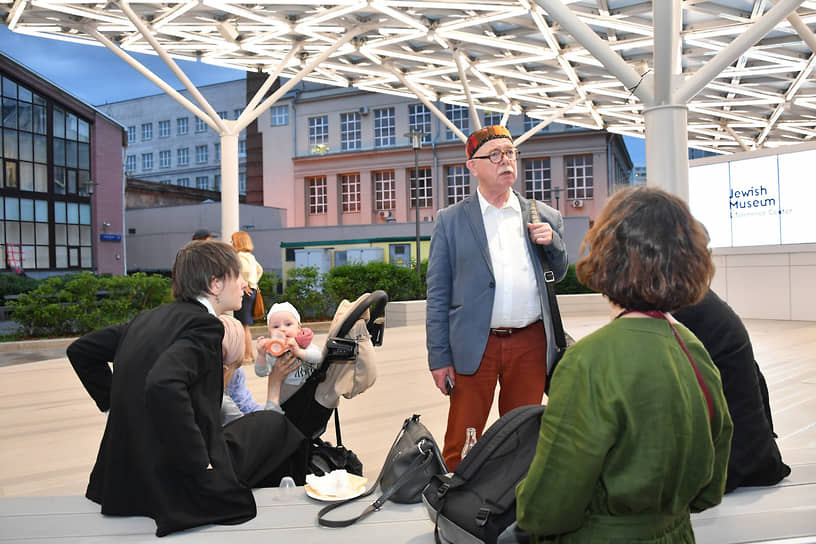 Архитектор Евгений Асс (в центре) на церемонии открытия выставки «Маленькое искусство» в Еврейском музее и центре толерантности
