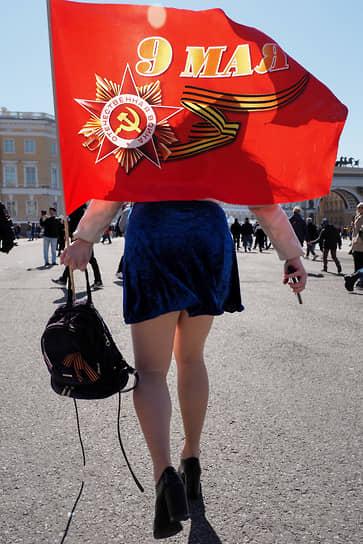 9 мая. Санкт-Петербург. Женщина с флагом на Дворцовой площади