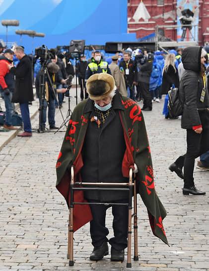9 мая. Москва. Ветеран покидает Красную площадь после окончания парада