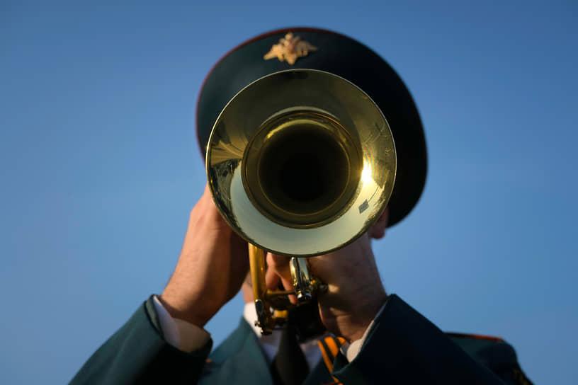 6 мая. Кемерово. Музыкант военного оркестра во время генеральной репетиции парада, посвященного 76-й годовщине Победы в Великой Отечественной войне
