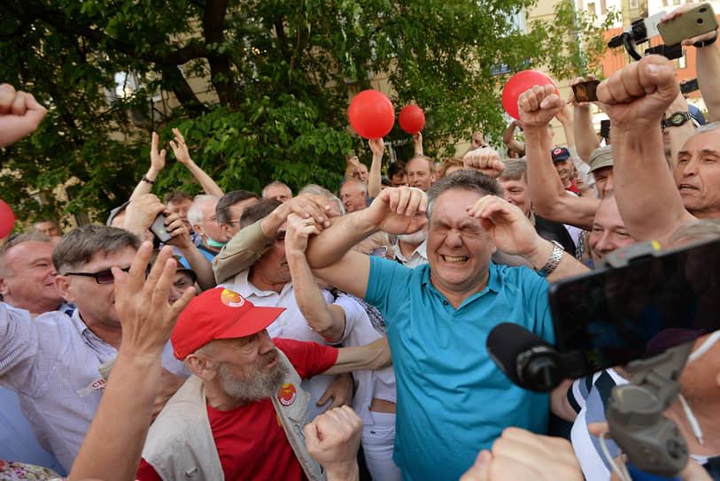 19 мая. Москва. Лидер движения «За новый социализм» Николай Платошкин (в центре) после заседания суда