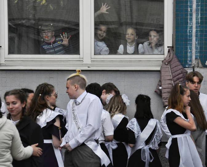 21 мая. Санкт-Петербург. Выпускники возле здания школы