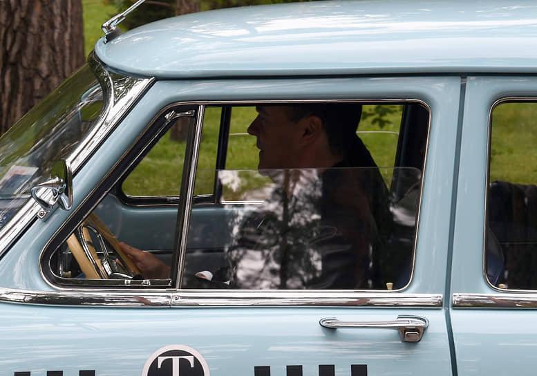 28 мая. Одинцовский район. Заместитель председателя Совета безопасности России Дмитрий Медведев после интервью в своей резиденции «Горки 9»