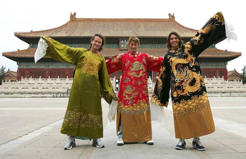 Надаль наиболее успешно выступает на грунтовых кортах, на которых выиграл рекордные 62 турнира, за что его прозвали «Королем грунта»<br> На фото слева направо: испанские теннисисты Карлос Мойя, Хуан Карлос Ферреро и Рафаэль Надаль на турнире в Китае