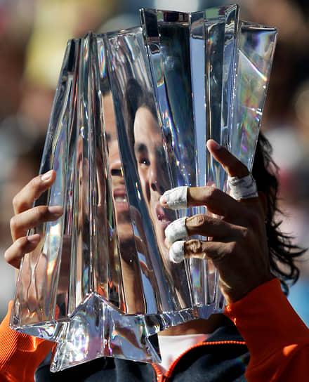 В 2010 году Надаль стал единственным игроком мужского пола в истории тенниса, выигравшим турниры Большого шлема на трех разных покрытиях (грунтовый, травяной и твердый) в один и тот же календарный год