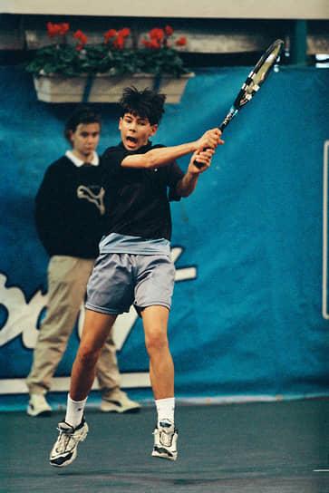 Рафаэль Надаль родился 3 июня 1986 года в городе Манакор на испанской Мальорке. В возрасте трех лет начал заниматься теннисом под руководством дяди — бывшего профессионального теннисиста Тони Надаля. В 12 лет стал чемпионом Испании в своей возрастной группе. В 2001 году в возрасте 15 лет начал профессиональную карьеру