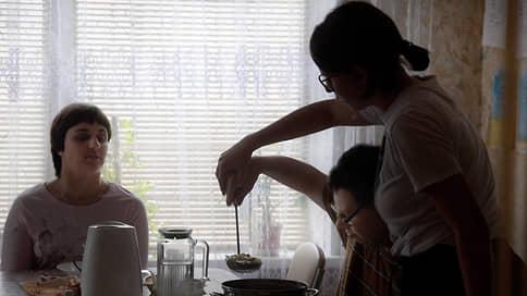 «Раньше я дома один был, с телевизором»  / Что нужно делать, чтобы российские инвалиды не попадали в интернаты