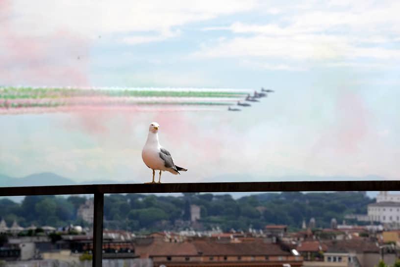 Рим. Пилотажная группа ВВС Италии выступает в честь Дня Республики