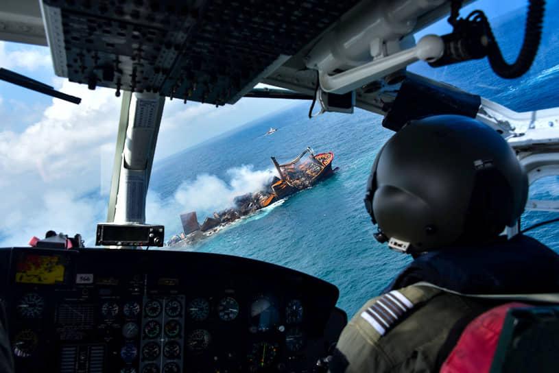 Коломбо, Шри-Ланка. Вид на тонущий контейнеровоз MV X-Press Pearl