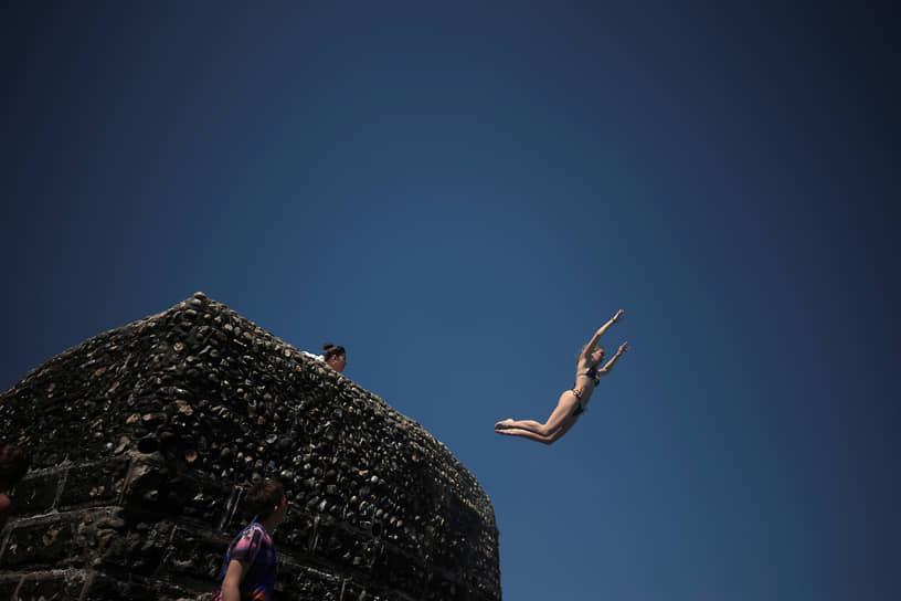 Брайтон, Великобритания. Отдыхающие прыгают в воду пролива Ла-Манш