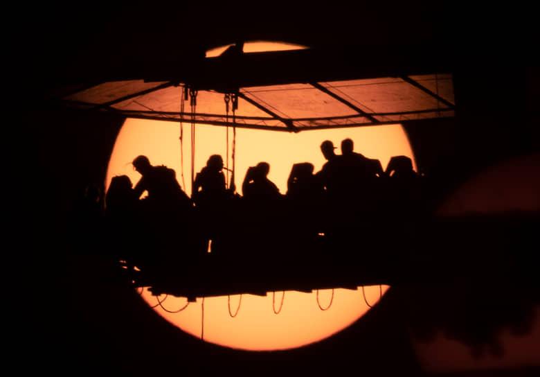 Санкт-Петербург, Россия. Люди ужинают на платформе, подвешенной на высоте 50 метров