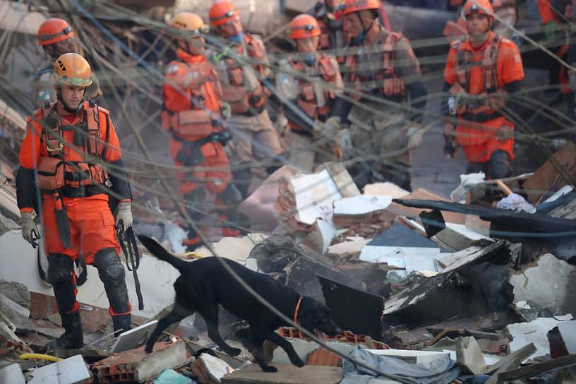 Рио-де-Жанейро, Бразилия. Спасатели ищут людей под завалами обрушившегося дома
