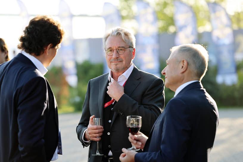 Первый зампред совета директоров банка «Альфа-банка» Олег Сысуев (в центре) на приеме Росконгресса в ресторане Royal Beach в честь открытия ПМЭФ