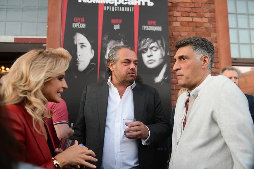 Кинорежиссер, телеведущий Тигран Кеосаян (справа), совладелец компании «Ритуал-Сервис» Олег Шелягов (в центре) с супругой Викторией