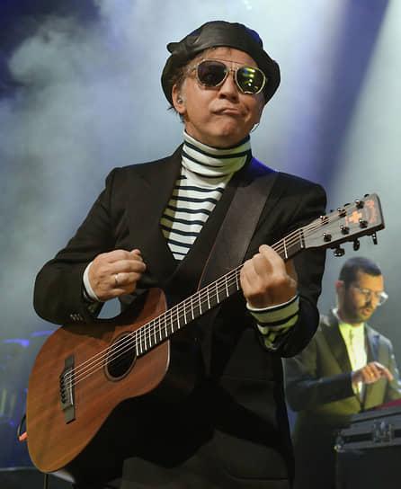 Лидер группы «Мумий Тролль» Илья Лагутенко во время выступления на вечеринке банка «Открытие» в Co-op Garage на улице Гороховой