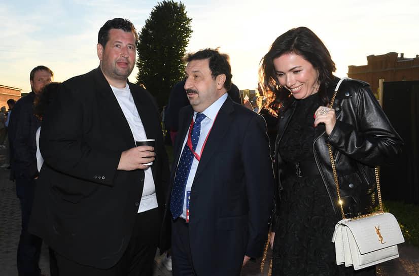 Предприниматель, сооснователь благотворительного фонда «Друзья» Ян Яновский (слева) и ректор РАНХиГС Владимир Мау на вечеринке «Яндекса» «The Circus»