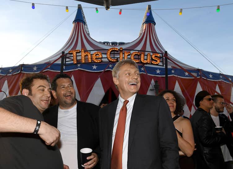 Слева направо: управляющий директор группы компаний «Яндекса» Тигран Худавердян, предприниматель, сооснователь благотворительного фонда «Друзья» Ян Яновский и пресс-секретарь президента России Дмитрий Песков на вечеринке «Яндекса» «The Circus»