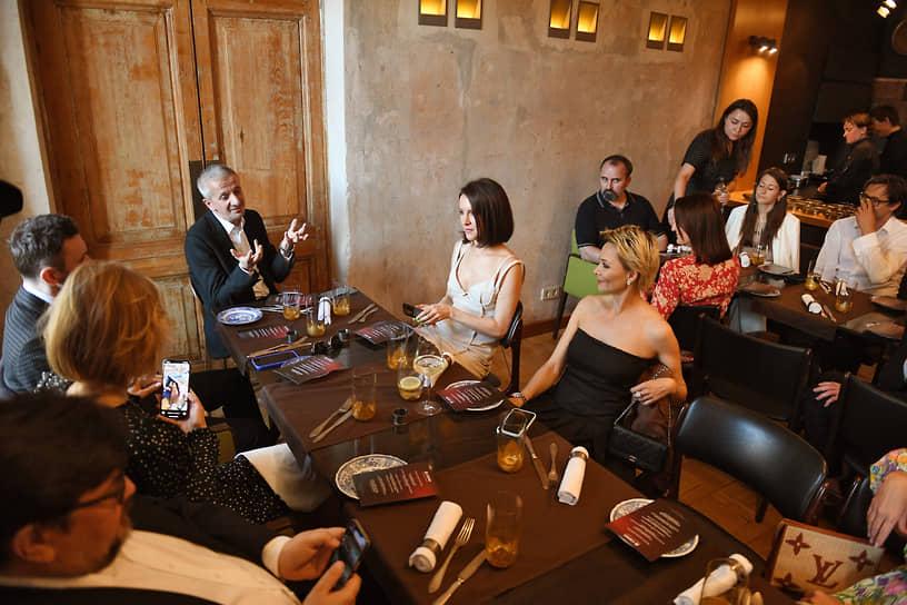 Художественный руководитель Театра на Малой Бронной Константин Богомолов (в центре) на «Ужине с Богомоловым и Достоевским» в ресторане «EM»